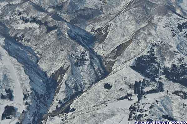 長野県栄村北信地区。比較的すべり面の深い崩壊が発生した。雪交じりの土砂が1km程度流下し中条川まで達している。(2011年3月12日撮影)