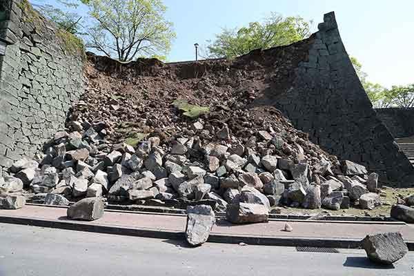 熊本で震度7の地震:熊本城で大きな被害