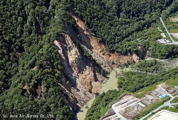 石淵ダム下流右岸の崩壊(2008年6月14~15日撮影)