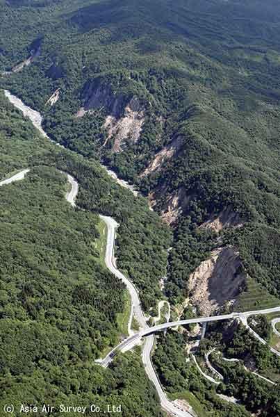 胆沢川に合流する尿前沢沿いの崩壊(2008年6月14~15日撮影)