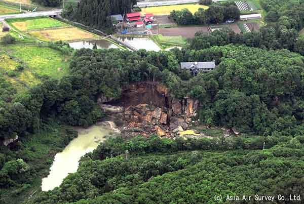 磐井川左岸の河岸段丘の崩落:一関市本寺地区(2008年6月14~15日撮影)