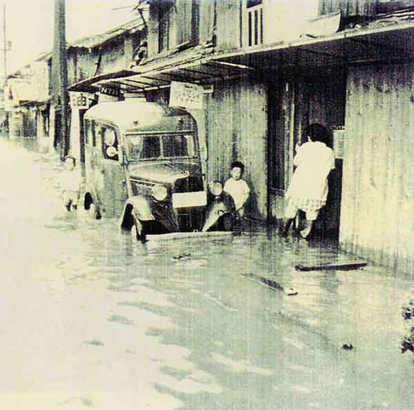 佐賀市内の浸水状況:24日から25日にかけ梅雨前線が北上し、佐賀地方では激しい強雨が襲い、死者7名、重軽傷者195名、家屋の流失及び全、半壊175戸、床上・床下浸水31,032戸に及んだ。