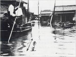 小野市粟生町付近:南岸沖の梅雨前線が、南方海上から北上した2個の熱帯低気圧の影響も加わって、次第に活動が強まった。兵庫県では25日早朝から27日朝にかけて3回にわたる集中豪雨があり、神戸市を中心に県南部に大きな被害をもたらした。神戸市内では26日未明から所々で崖崩れを誘発し、多数の犠牲者を出した。一方、短時間による急激な増水により、小河川、支流、および溜め池等が決壊、溢水したが、なかでも伊丹市内では、26日6時30分頃に天王子川、27日11時30分頃には天神川と両河川の堤防決壊により、同地域一帯の500戸が床上・床下浸水した。神戸市では27日頃、宇治川の溢水で生田区(現在は中央区)元町付近一帯が水浸しとなった。また加古川水系曇川・別府川の溢水により加古川市内および南部一帯が浸水した。この他に、国鉄、私鉄の交通機関が土砂崩れ・浸水などの被害を受けた。