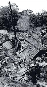 がけ崩れで倒壊した家屋(神戸市長田区高取山町):総雨量472mmは、昭和13年阪神大水害の462mmを上回りました。宅地開発により市街地が山麓に迫ったため、土石流が直接人家に被害を与えるケースや宅地造成中のがけ崩れによる土砂災害が多発しました。