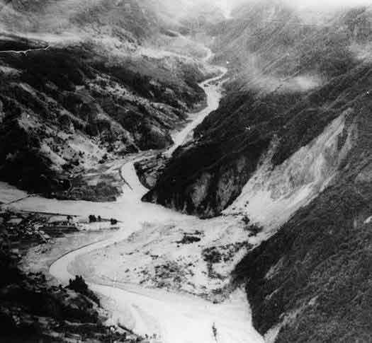 大西山の大崩落:台風の接近と梅雨前線の停滞により、飯田測候所では1週間で1年間の3割を超える総雨量577.8mmを記録した。各地の斜面の崩壊にともなう土石流や急激な河床上昇による土砂災害を伴う、いわゆる「満水」被害の典型災害で、三六災害と呼ばれる。特に大鹿村の大西山の大崩落では建設省の職員も殉職している。この災害での死者・行方不明者は136名。家屋の全壊・流失・半壊は約1500戸となり、このほとんどが土砂災害によるものであった。