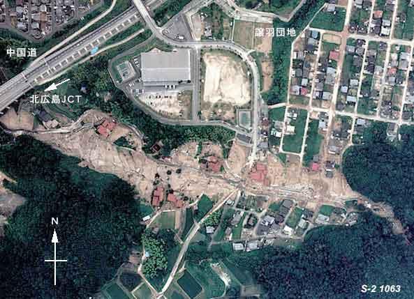 安佐北区譲羽(ゆずりは)団地:写真の左上に見えるのは中国道。広島北JCTのすぐ北東に位置する。画面中央を右から左へ流れる渓流を土石流が通過した。両岸の住宅には土砂が流れ込んでいる。(1999年7月1日撮影)