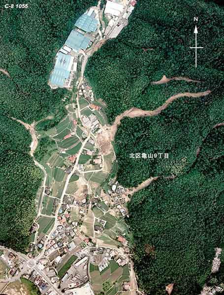 安佐北区亀山9丁目付近:中央東側の谷で発生した土石流が、谷の出口に位置していた住宅を直撃し、4名の犠牲者を出した。(1999年7月1日撮影)