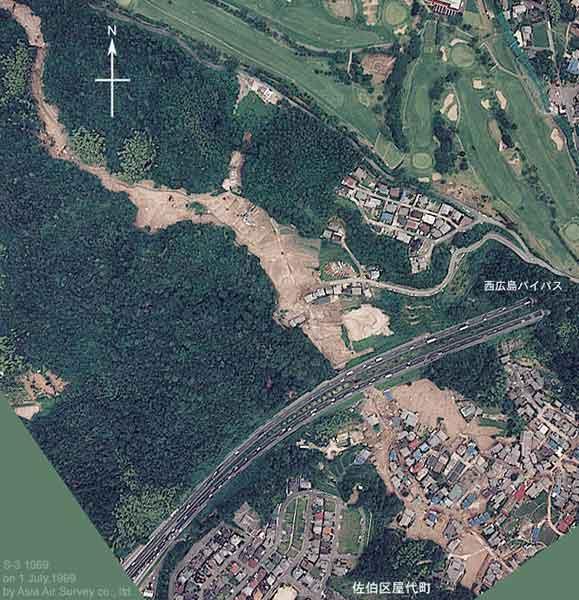 佐伯区屋代(やしろ):上流で発生した土石流が、山陽自動車道と西広島バイパスをくぐり抜けて流れ、下流の屋代地区で氾濫、住宅地に大きな被害をもたらした。(1999年7月1日撮影)