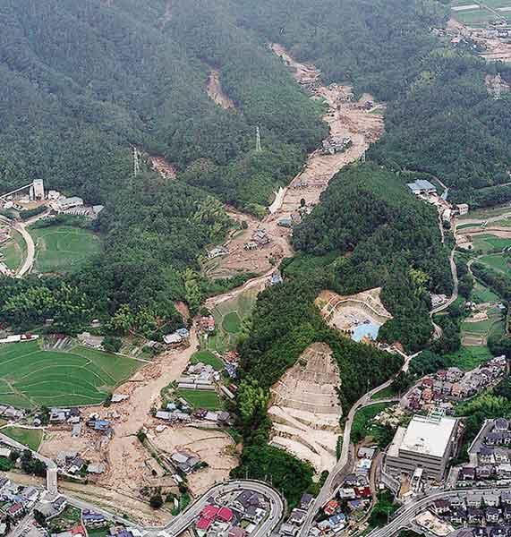 佐伯区五日市町上小深川(いつかいちちょうかみこぶかわ):いくつかの渓流で同時に土石流が発生したために、広い谷底全体に広がるようにして流れおり、多数の住宅に被害をもたらした。(1999年7月1日撮影)