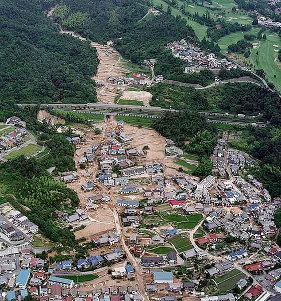 佐伯区屋代(やしろ):上流で発生した土石流が、西広島バイパスの下のボックスカルバートを通過、下流の屋代地区で氾濫、住宅地に大きな被害をもたらした。(1999年7月1日撮影)