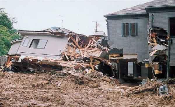 安川左支川の土石流氾濫状況:広島市、呉市で、死者24人、負傷者14人の被害が発生。また、本土砂災害を契機に、土砂災害のおそれのある地域における住宅等の立地抑制や警戒避難といったソフト対策を推進するための法律となる土砂災害防止法が平成13 年4 月1 日から施行された。