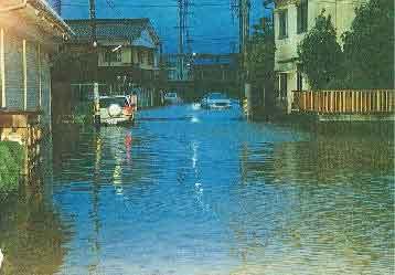 土岐市内の浸水状況:梅雨前線は、29日午後から30日にかけて日本海沿岸を北東進した低気圧の影響を受けて活発になり、愛知県、岐阜県の各地で大雨を降らせた。特に29日夜から30日早朝にかけては、愛知県内で所により1時間に50mmを越える激しい雨となった。岐阜県における被害は、土岐市を中心に床上、床下浸水が発生し、負傷者2人、被災家屋は1棟(愛知県)、120棟(岐阜県)など甚大な被害をもたらした。