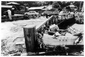 勢田川姫之橋の被災状況:7月7日の七夕に発生したことから、七夕豪雨と呼ばれている。7月6日から8日にかけて記録的な豪雨となり、三重県では、勢田川が氾濫し伊勢市の広範囲が水浸しになり、静岡県では、斜面の崩壊と土石流、ならびに中小河川の堤防の決壊、内水はん濫等が発生するなど、甚大な被害をもたらした。