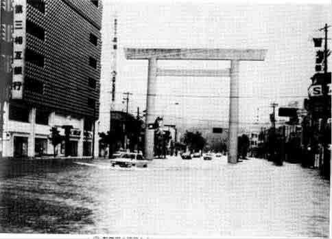 伊勢市駅前の被災状況:7月7日の七夕に発生したことから、七夕豪雨と呼ばれている。7月6日から8日にかけて記録的な豪雨となり、三重県では、勢田川が氾濫し伊勢市の広範囲が水浸しになり、静岡県では、斜面の崩壊と土石流、ならびに中小河川の堤防の決壊、内水はん濫等が発生するなど、甚大な被害をもたらした。