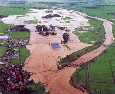 妙高市月岡上空 関川の堤防が欠壊し、溢れ出た濁流に多くの建物や田畑が呑み込まれました:梅雨前線が停滞し、南から湿った空気が流入したため、前線の活動が活発となり、11日から関川流域には強い雨が降り続き、関川高田水位観測所の水位は、はん濫危険水位を上回る水位となりました。関川上流部妙高市月岡地先では堤防が欠壊するなどの被害が発生し、関川支川保倉川及び保倉川支川重川では越水(溢水)が発生し沿川住民が避難しました。行方不明者1名、全半壊70戸、半壊床上床下浸水4,787戸、浸水面積2,217ha。