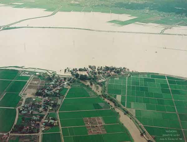 長岡市福島町付近 西側から東方向を見る(2004年7月18日撮影)