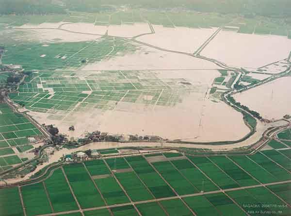 長岡市大黒町付近 西側から東方向を見る(2004年7月18日撮影)