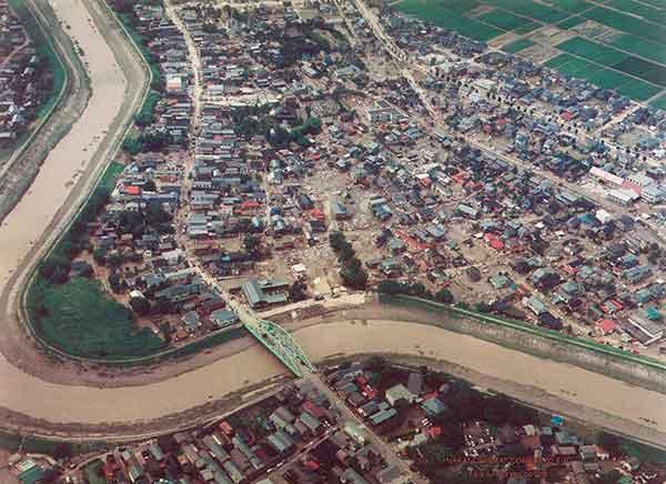中之島町中之島付近 刈谷田川決壊地点を北東側から見る(2004年7月18日撮影)
