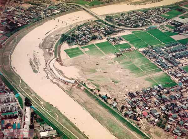 三条市諏訪新田 五十嵐川左岸の堤防決壊地点を北西側から見る(2004年7月18日撮影)