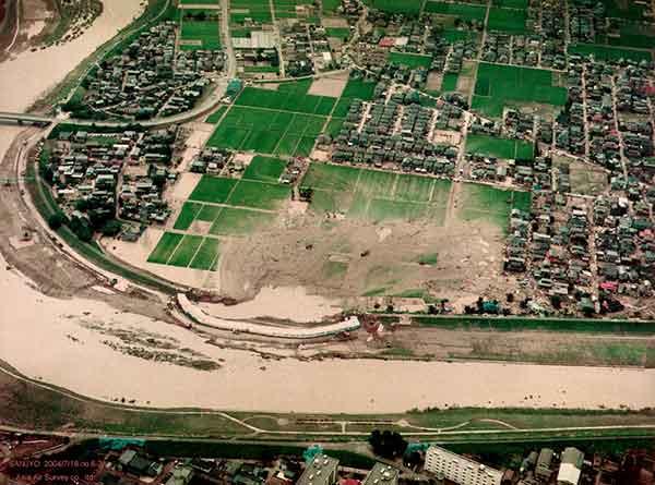 三条市諏訪新田 五十嵐川左岸の堤防決壊地点を北側から見る(2004年7月18日撮影)