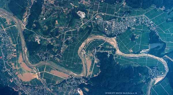 見附市刈谷田川沿いの土砂氾濫状況(2004年7月24日撮影)