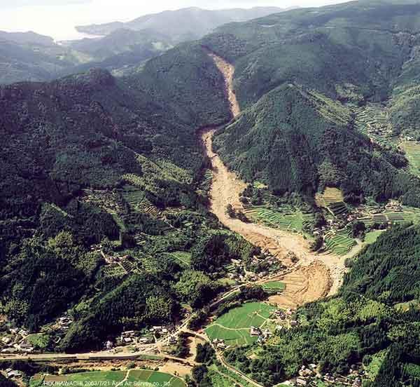 宝川内土石流斜め写真(南):南側からみた全体像。背後に見える海は津奈木湾。(2003年7月21日撮影)