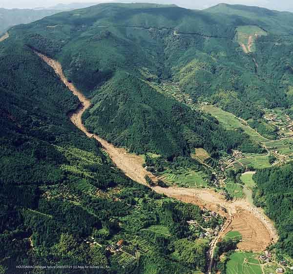宝川内土石流斜め写真(南西):南西側からみた全体像。右下に見えるのが宝川内川。背後に見える山は矢城山(585.9m)。(2003年7月21日撮影)