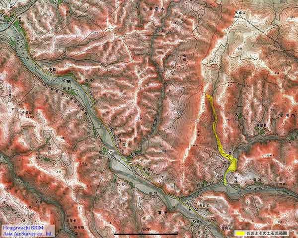 赤色立体地図による宝川内周辺地形:宝川内土石流のおおよその範囲を黄色で示した。 基図として、国土地理院発行の1/2.5万地形図「水俣・湯出」を使用した。また、背景に使用した赤色立体画像は数値地図50mより作成した。(2003年7月作成)