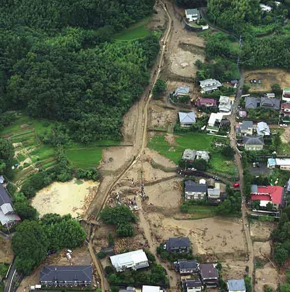 太宰府土石流斜め写真:水路からあふれた土砂が、ため池や住宅地に流れ込んでいる。(2003年7月19日撮影)