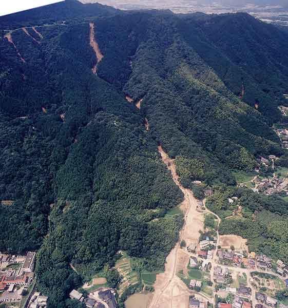 太宰府土石流斜め写真:上方に見える稜線は、四王寺山脈の九州自然歩道。太宰府上空より北西方向を撮影。(2003年7月27日撮影)