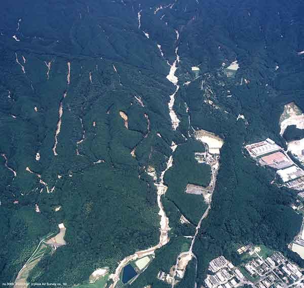 宇美町欅谷付近斜め写真:遠景は砥石山西山腹斜面。福岡刑務所付近より東方向を撮影。(2003年7月27日撮影)