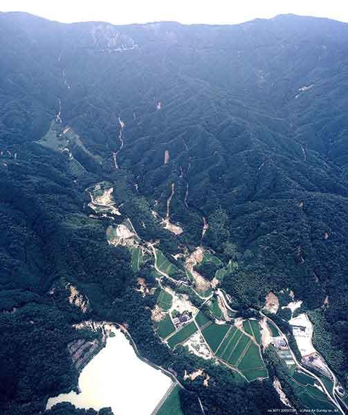筑穂町大分川付近斜め写真:遠景に見えるのは、三郡山から砥石山にかけての稜線。大分付近より南西方向を撮影。(2003年7月27日撮影)
