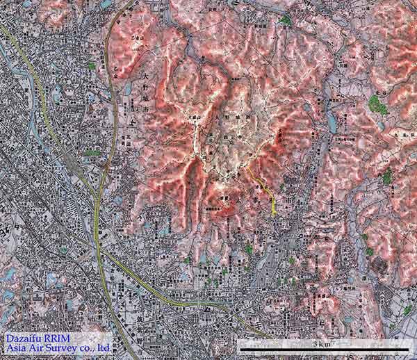 赤色立体地図による太宰府周辺地形:太宰府で発生した土石流のおおよその範囲を黄色で示した。 基図として、国土地理院発行の1/2.5万地形図「大宰府、福岡南部」を使用した。また、背景に使用した赤色立体画像は数値地図50mより作成した。(2003年7月作成)