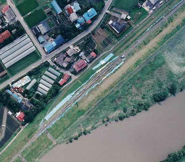 鳴瀬川:堤防の亀裂被害(南郷町中屋敷地区)(2003年7月27日撮影)