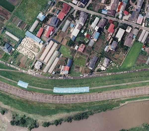 鳴瀬川:堤防と家屋の被害(鹿島台町木間塚付近、木間塚橋南)(2003年7月27日撮影)