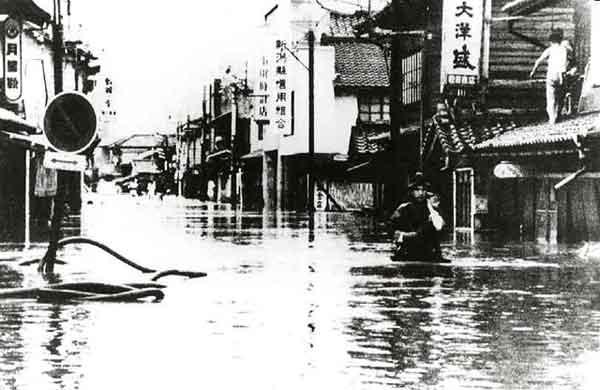 村上市(旧荒川町)坂町駅前の水害状況(出典:新潟日報社資料) :昭和42年8月26日、新潟県北部では上層に北西からの乾燥した空気が入り、下層では南西からの湿った暖気が入り込む「対流不安定」と呼ばれる特異な大気の状態になりました。このため、前線の活動が活発となり、28日から29日にかけ、記録的な集中豪雨を荒川流域にもたらしました。荒川では各地で堤防が破れ、多くの住宅や農地、国道や鉄道などの交通網に、甚大な被害を与えました。死者・行方不明者90名 浸水面積5,875ha