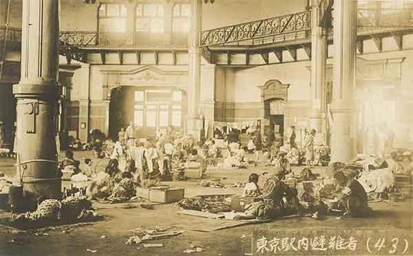 関東大震災:東京駅構内に避難した人々
