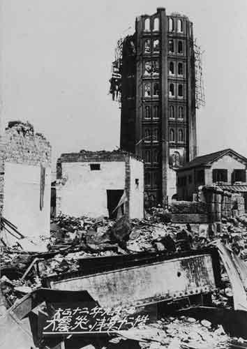 大震災 浅草十二階(東京都台東区浅草公園付近):1890(明治23)年に建造された,12階建て(高さ50m)のレンガ造りの建物.正式名称は「凌雲閣」で,浅草十二階は俗称.関東大震災により8階から上部が崩壊し,陸軍によって爆破・撤去された.