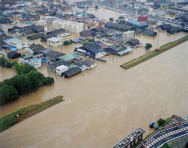 新川の破堤状況:平成12年9月11日から12日にかけて、日本付近に停滞していた秋雨前線は、台風14号からの暖かく湿った空気が多量に流れ込み、愛知県を中心とした東海地方に記録的な雨を降らせた。名古屋地方気象台では、11日午後7時に時間最大雨量93mmを記録し、11日未明から12日までの総雨量は567mm(年間総雨量の1/3)となった。愛知県では、県西部を流れる一級河川新川の堤防が決壊したのをはじめ、河川の破堤は20カ所に達したほか、名古屋市内では広範囲に浸水被害が発生した。