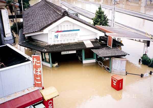 西枇杷島町の浸水状況:平成12年9月11日から12日にかけて、日本付近に停滞していた秋雨前線は、台風14号からの暖かく湿った空気が多量に流れ込み、愛知県を中心とした東海地方に記録的な雨を降らせた。名古屋地方気象台では、11日午後7時に時間最大雨量93mmを記録し、11日未明から12日までの総雨量は567mm(年間総雨量の1/3)となった。愛知県では、県西部を流れる一級河川新川の堤防が決壊したのをはじめ、河川の破堤は20カ所に達したほか、名古屋市内では広範囲に浸水被害が発生した。