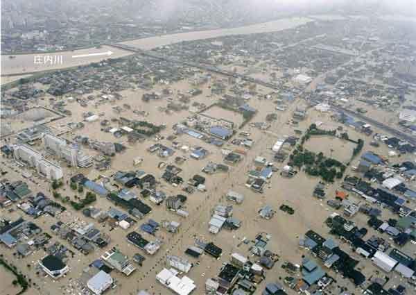 新川の堤防決壊による名古屋市西区、清須市(旧西枇杷島町)の浸水状況:平成12年9月11日から12日にかけて、日本付近に停滞していた秋雨前線は、台風14号からの暖かく湿った空気が多量に流れ込み、愛知県を中心とした東海地方に記録的な雨を降らせた。名古屋地方気象台では、11日午後7時に時間最大雨量93mmを記録し、11日未明から12日までの総雨量は567mm(年間総雨量の1/3)となった。愛知県では、県西部を流れる一級河川新川の堤防が決壊したのをはじめ、河川の破堤は20カ所に達したほか、名古屋市内では広範囲に浸水被害が発生した。