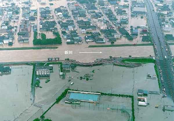 新川堤防決壊箇所付近の浸水状況:平成12年9月11日から12日にかけて、日本付近に停滞していた秋雨前線は、台風14号からの暖かく湿った空気が多量に流れ込み、愛知県を中心とした東海地方に記録的な雨を降らせた。名古屋地方気象台では、11日午後7時に時間最大雨量93mmを記録し、11日未明から12日までの総雨量は567mm(年間総雨量の1/3)となった。愛知県では、県西部を流れる一級河川新川の堤防が決壊したのをはじめ、河川の破堤は20カ所に達したほか、名古屋市内では広範囲に浸水被害が発生した。