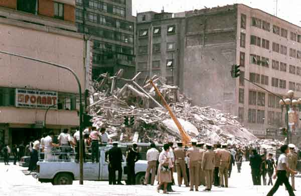 メキシコ地震:地震の影響で倒壊したメキシコシティ中心部の建物