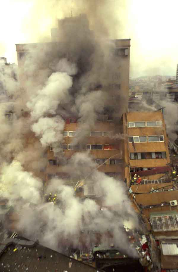 台湾・集集地震の被害状況:地震の影響で崩れる建物。建物の中からは煙が出ている。