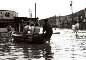 昭和33年9月洪水(狩野川台風)沼津市平町:昭和33年9月の台風22号(狩野川台風)は、流域全体で死者・行方不明者853人、被災家屋6,775戸という未曾有の大災害をもたらした。
