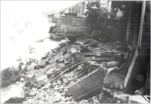 揖保川氾濫、堤防決壊(宍粟市[旧一宮町]福知付近):兵庫県内の降雨状況は、県北部と淡路島の南部では全般に200mm以上で、県北部の一部では300mmに達した。この雨で円山川支流の奈佐川の堤防が決壊・氾濫し、豊岡市内の約60%が浸水した。