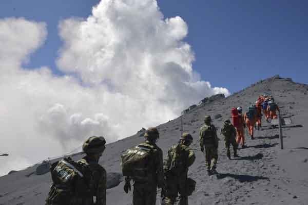 御嶽山が噴火:登山客らにけが人(防衛省統合幕僚監部提供)