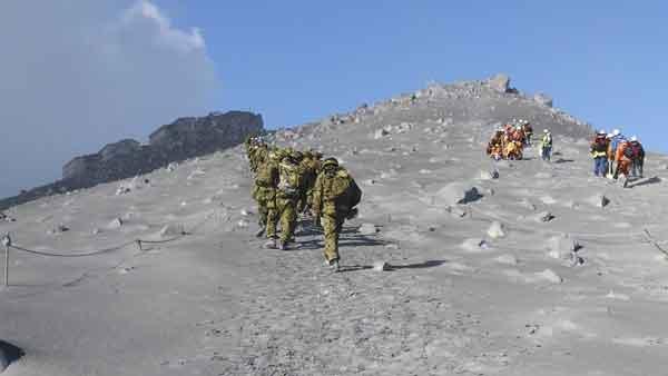 御嶽山が噴火:登山客に多くの死傷者(防衛省統合幕僚監部提供)