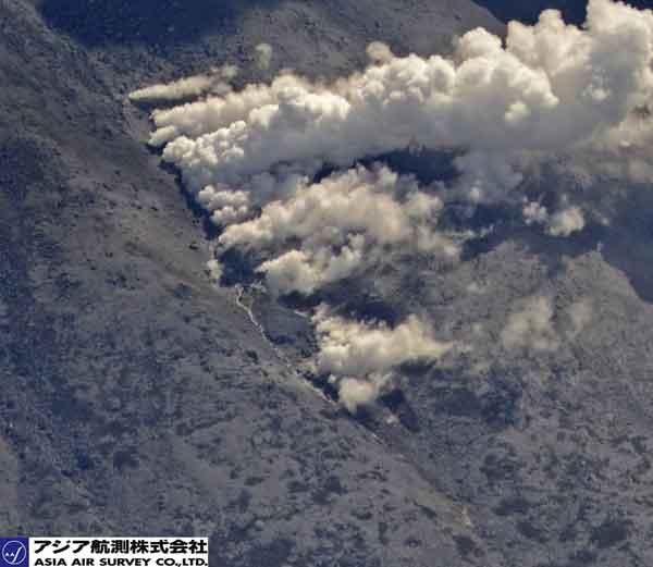 最西端の割れ目火口の拡大:亀裂にそって水蒸気が噴出している様子がわかる(2014年9月28日撮影)