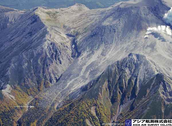 割れ目火口の西側:岐阜県側にでも、南側の低温火砕流の痕跡とよく似た樹木の灰色変色域が確認される(白矢印部分)(2014年9月28日撮影)